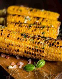 kukurica pripravená na plochom liatinovom rošte