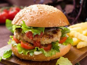 Burger zo zmesi bravčového a kuracieho mäsa